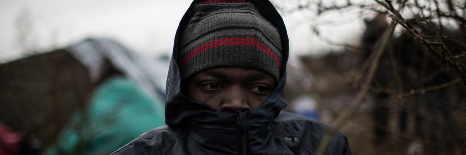 Ahmed, 16 ans, assiste au démantèlement du camp de Calais en France