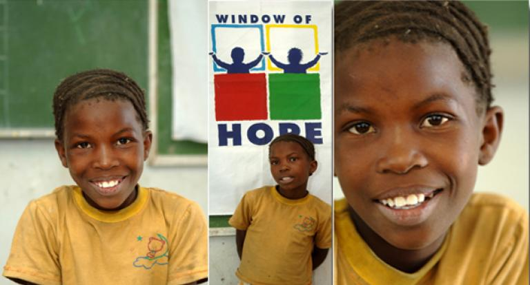 À travers le programme « Window of Hope », August apprend à ne plus avoir peur des maladies.