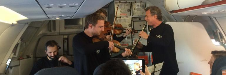 L'Orchestre Philharmonique de Radio France à bord d'un avion easyJet