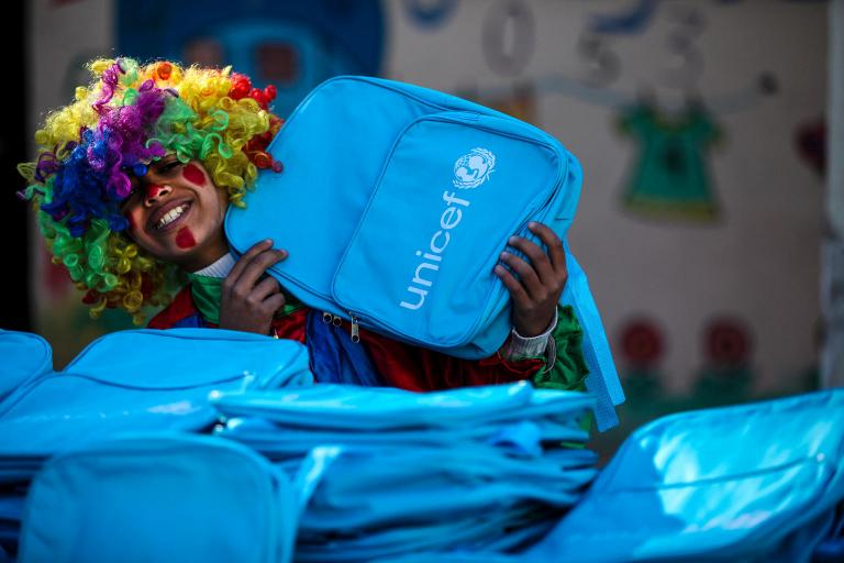 Enfant recevant un cartable UNICEF
