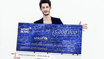 "L'acteur Pierre Niney remet l'argent collecté via l'opération Montblanc ""Signature for Good""."